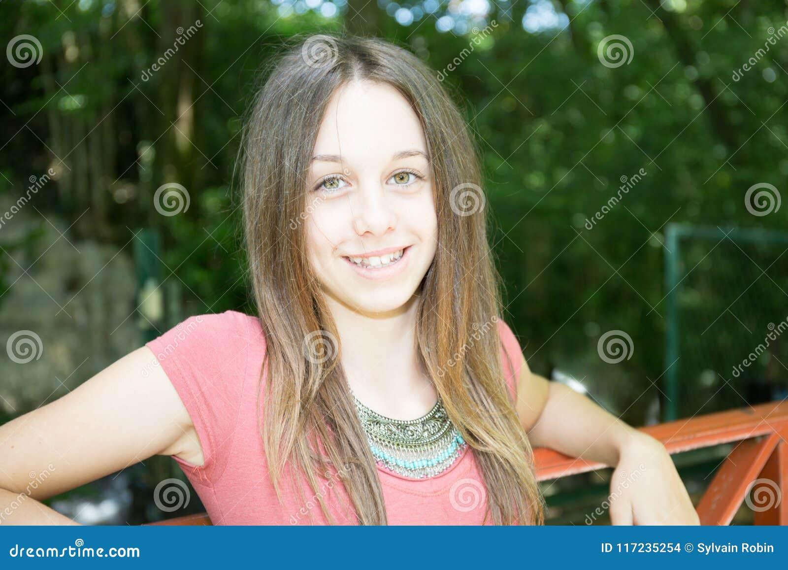 Mujer del adolescente de la chica joven de la belleza en el parque al aire libre