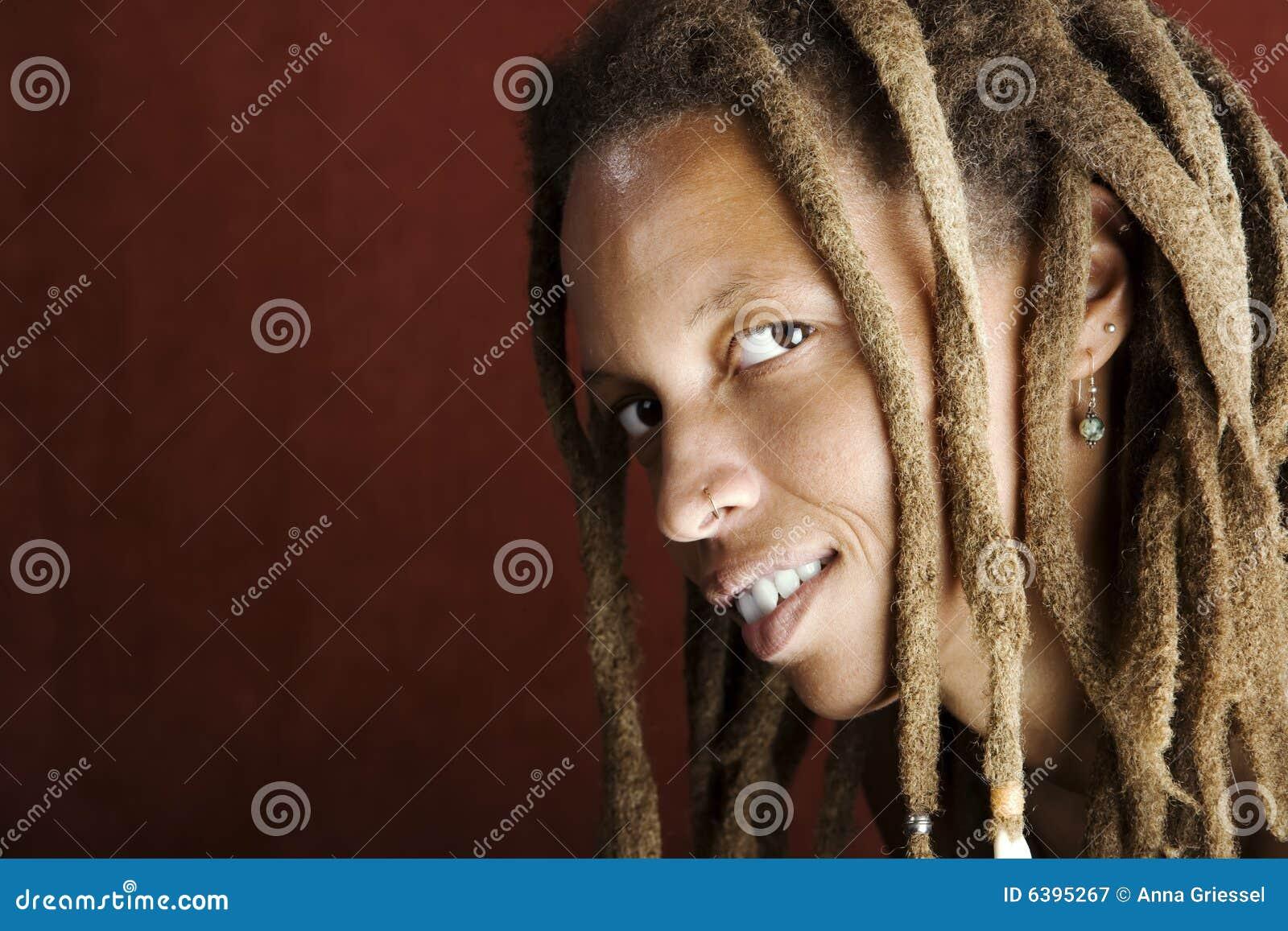 Mujer del afroamericano con Dreadlocks