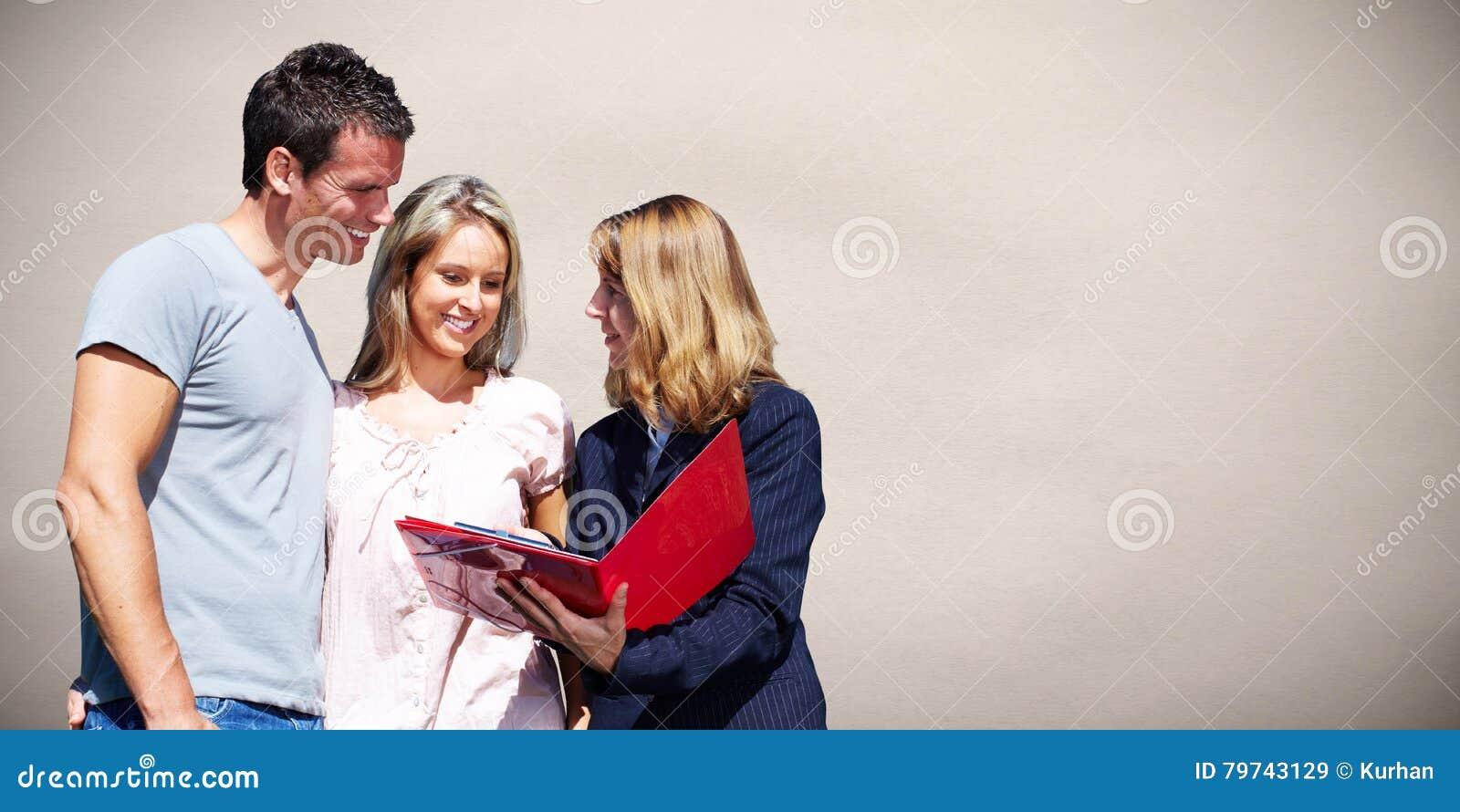Mujer del agente inmobiliario con los clientes