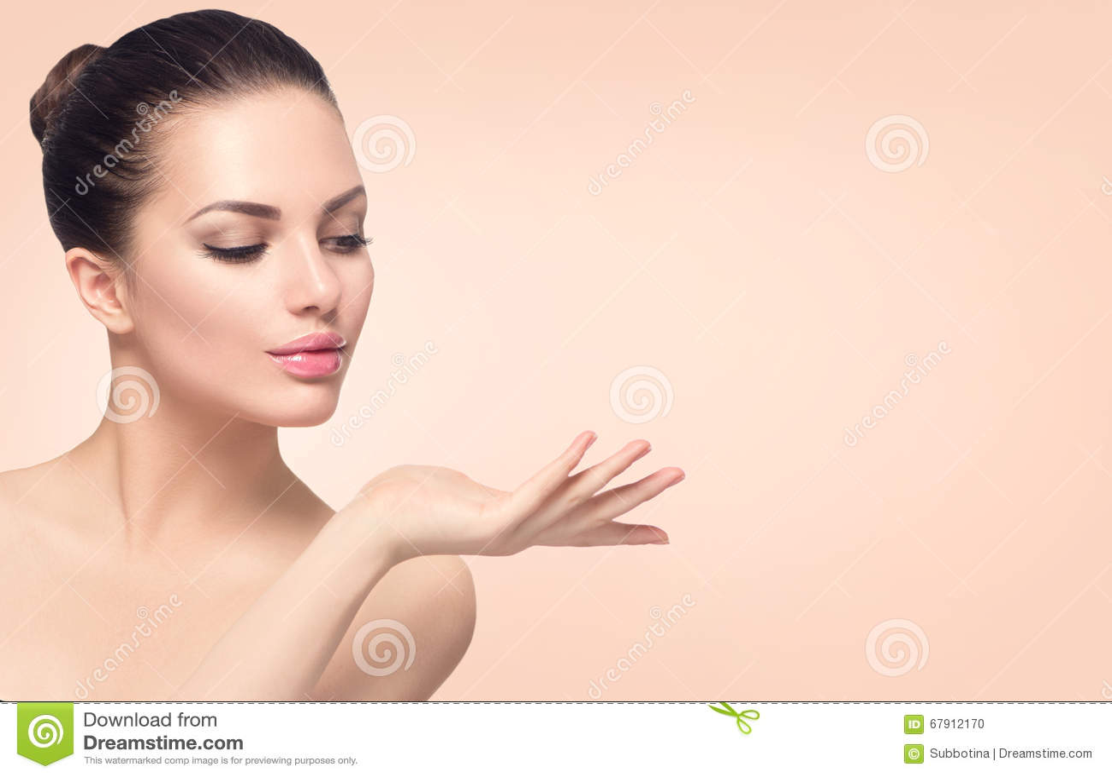 Mujer del balneario con la piel perfecta
