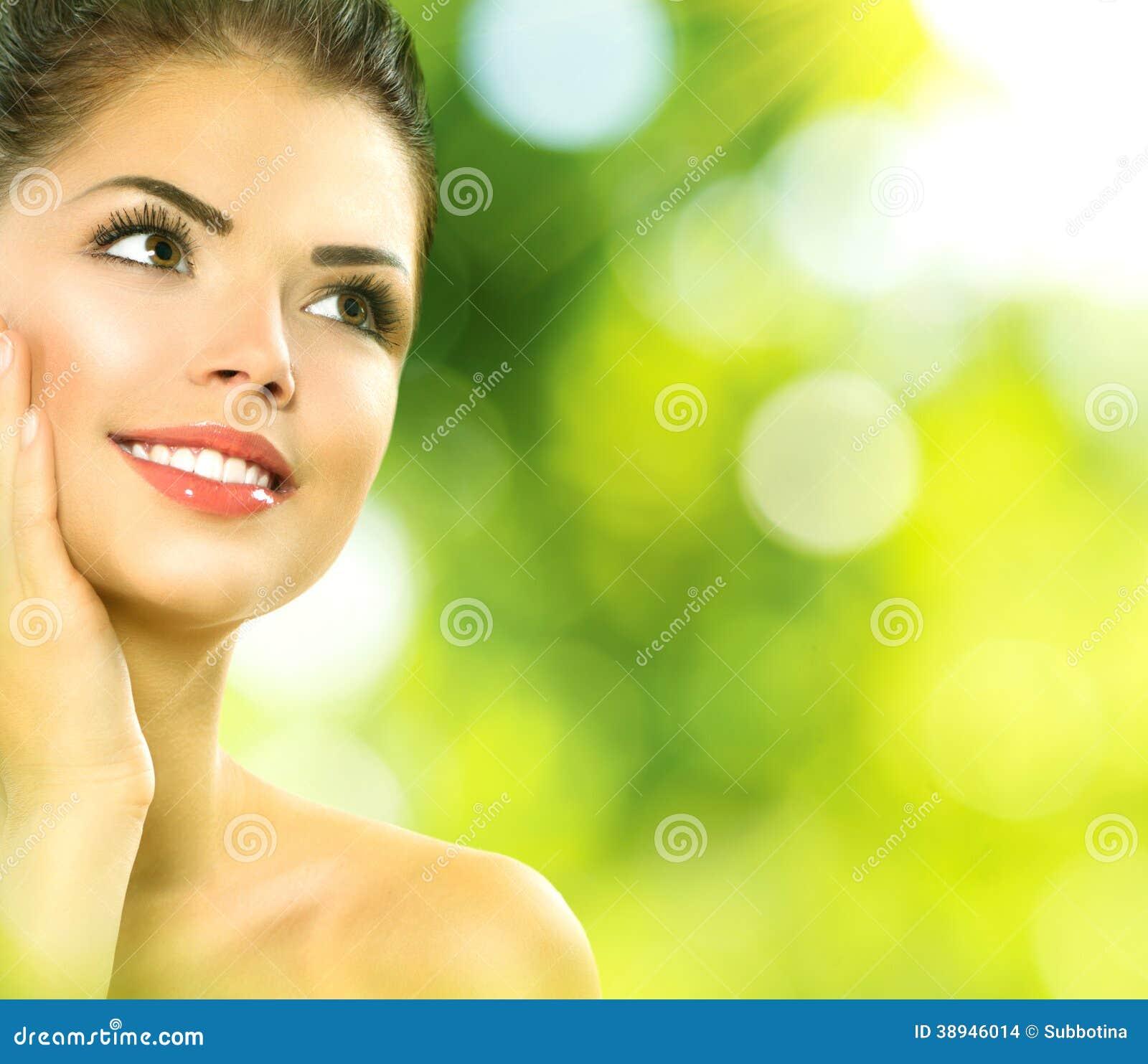Mujer del balneario de la belleza al aire libre