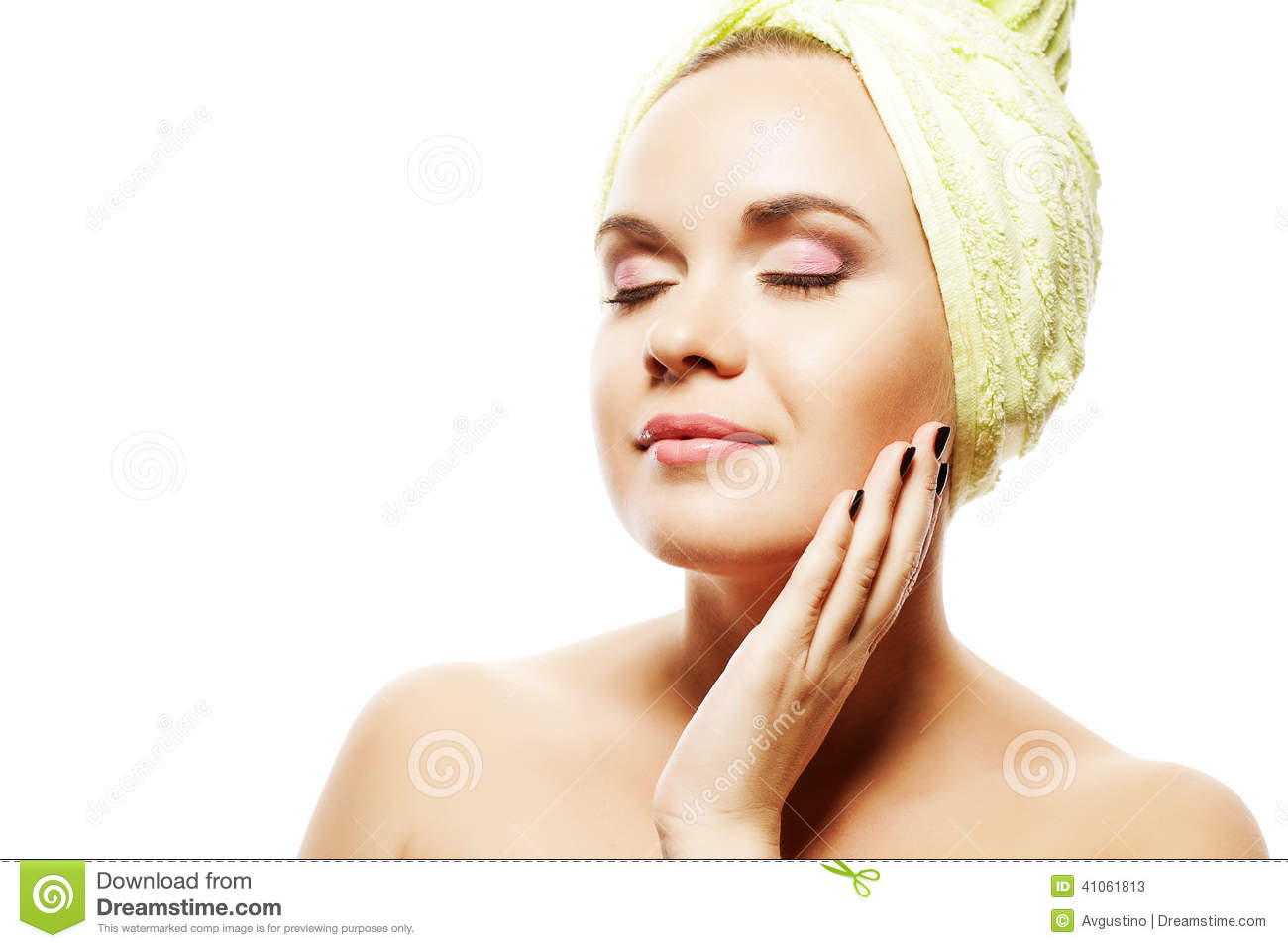 Mujer del balneario Muchacha hermosa con Ginger Hair With Closed Eyes