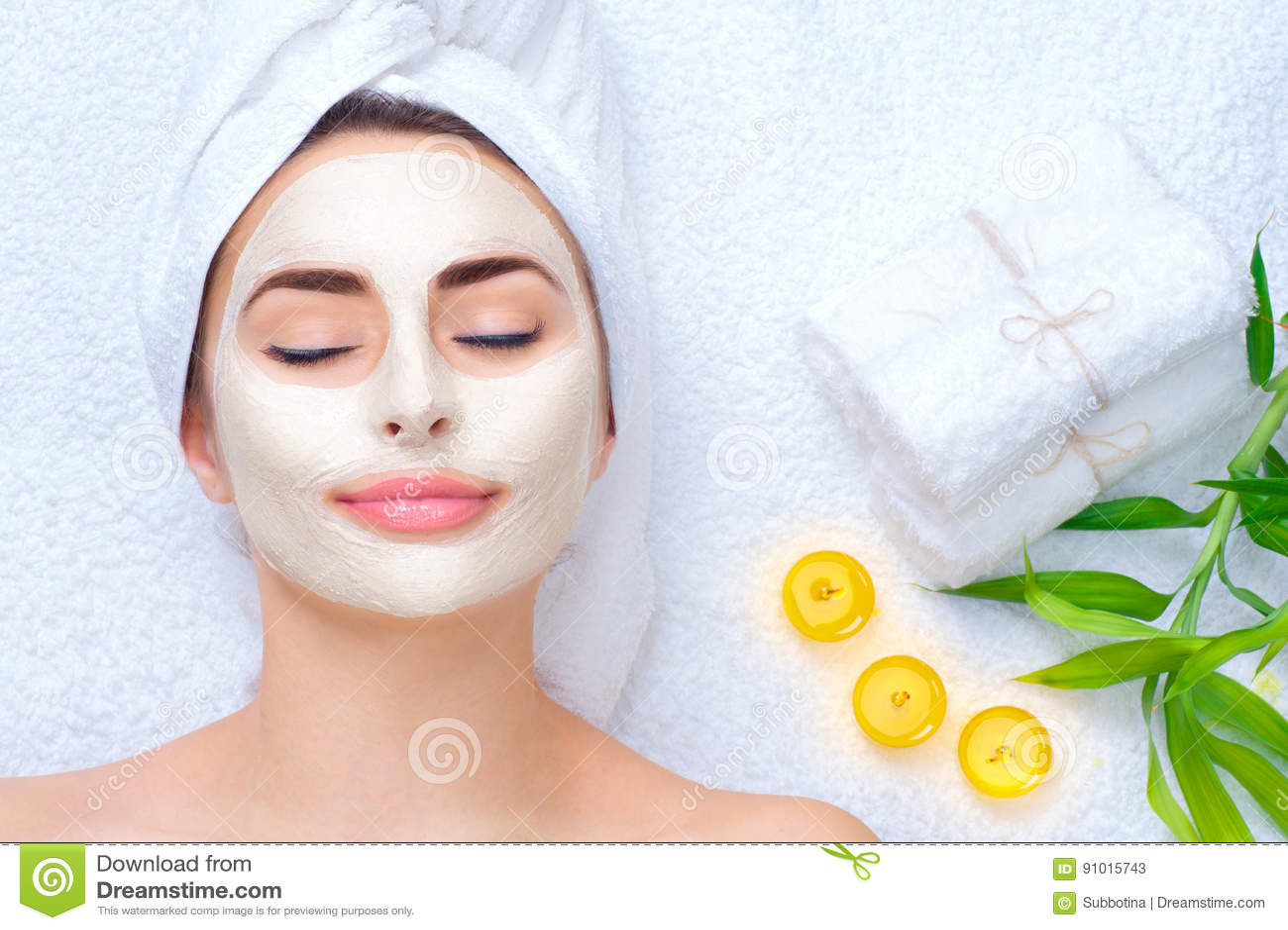 Mujer del balneario que aplica la máscara facial