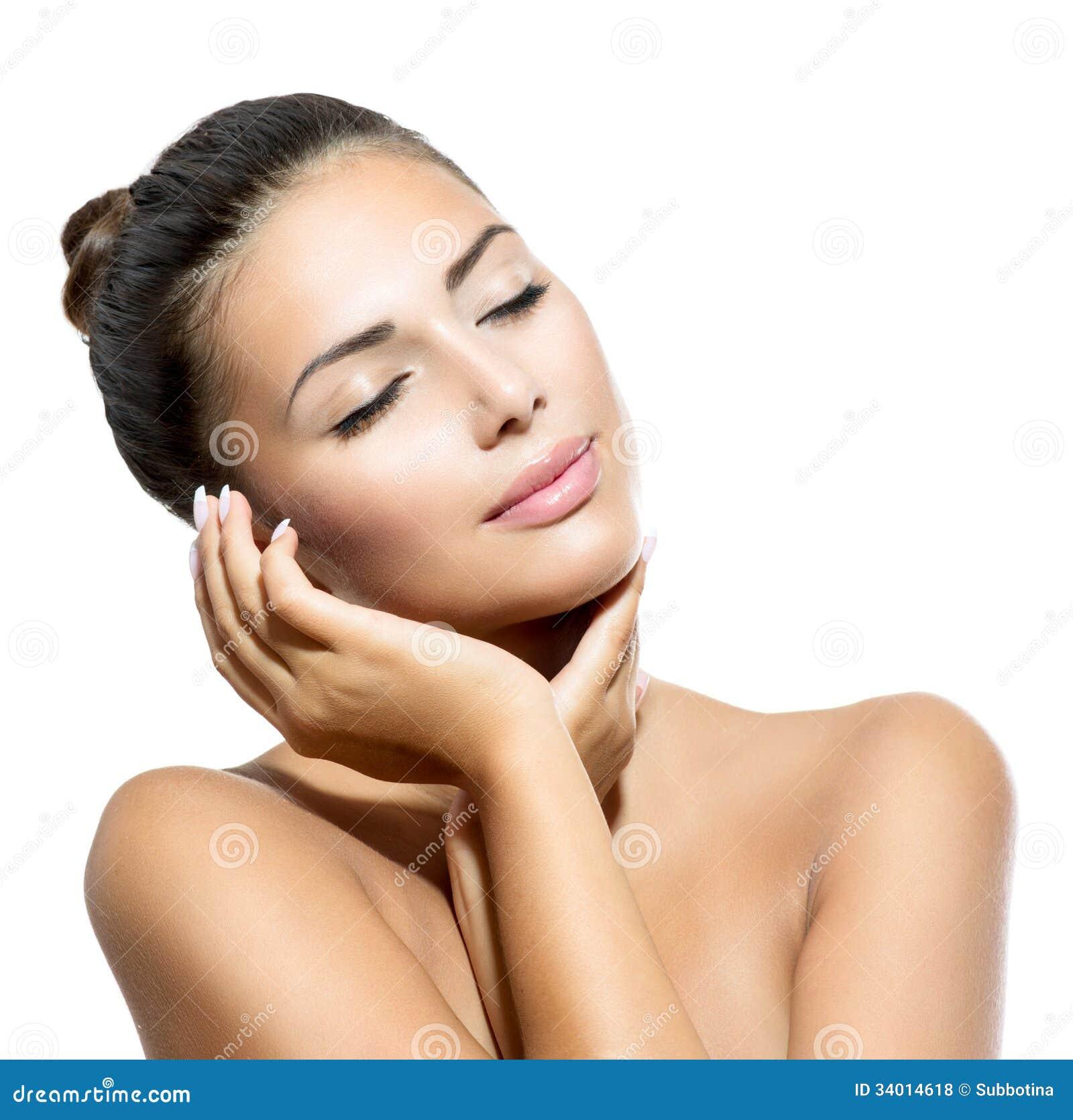 Mujer del balneario que toca su cara