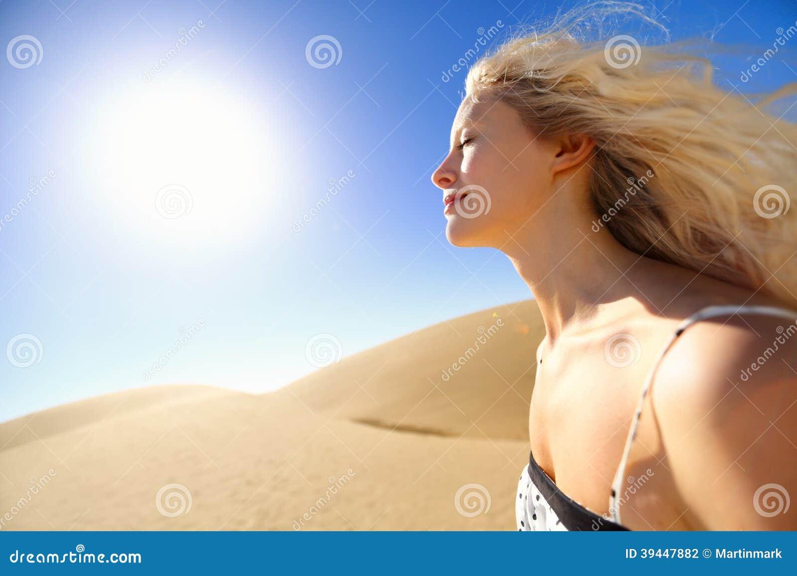 Mujer del cuidado de piel de Sun que disfruta de la sol del desierto