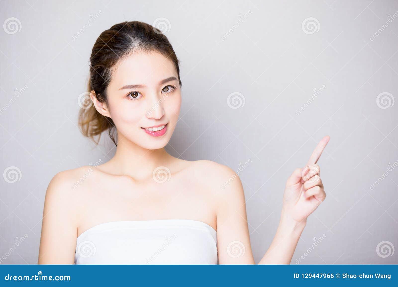 Mujer del cuidado de piel de la belleza
