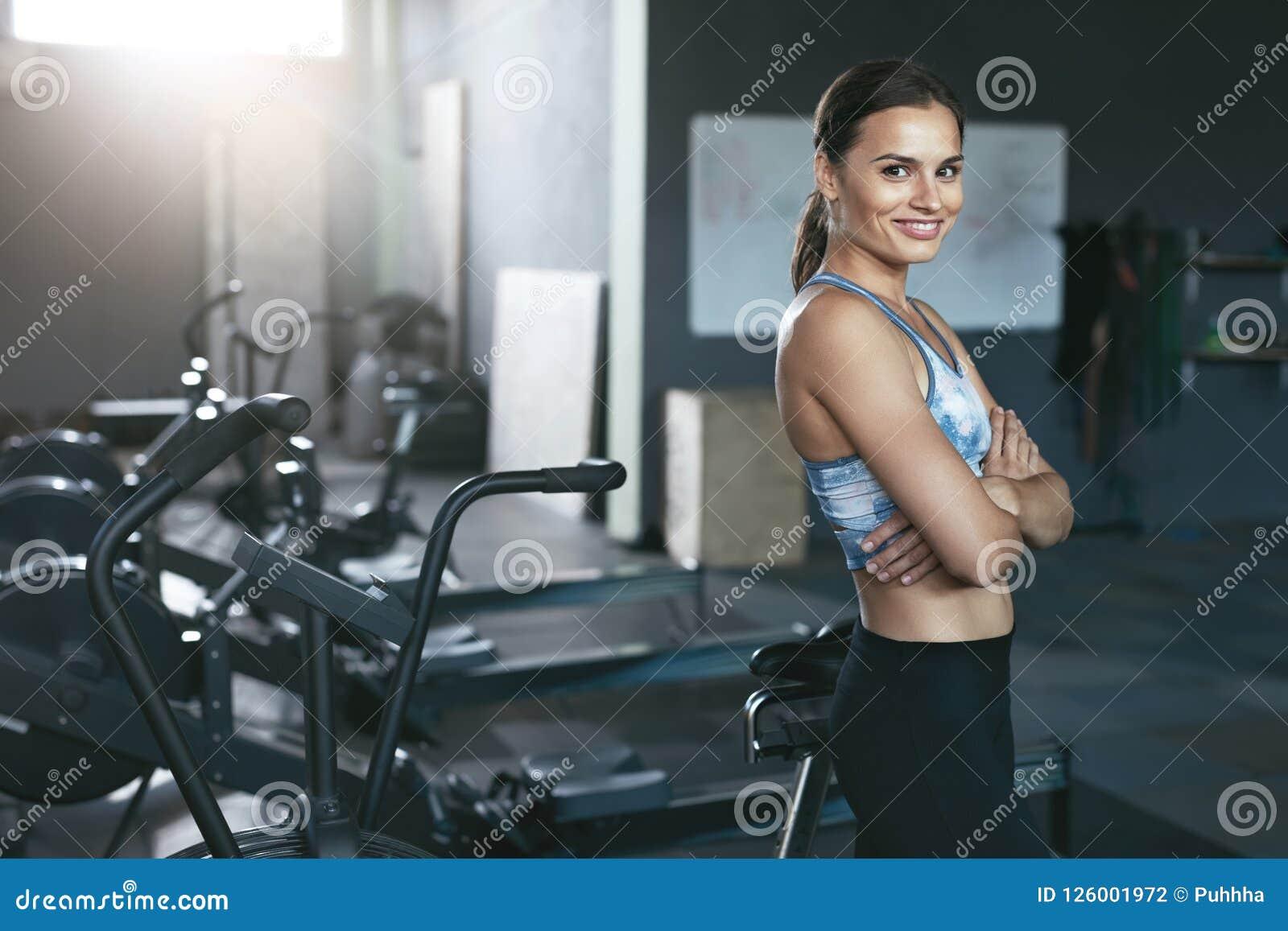 Mujer del deporte en ropa de deportes en el gimnasio de Crossfit