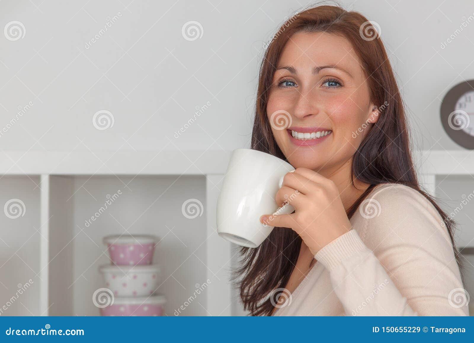 Mujer del descanso para tomar caf?