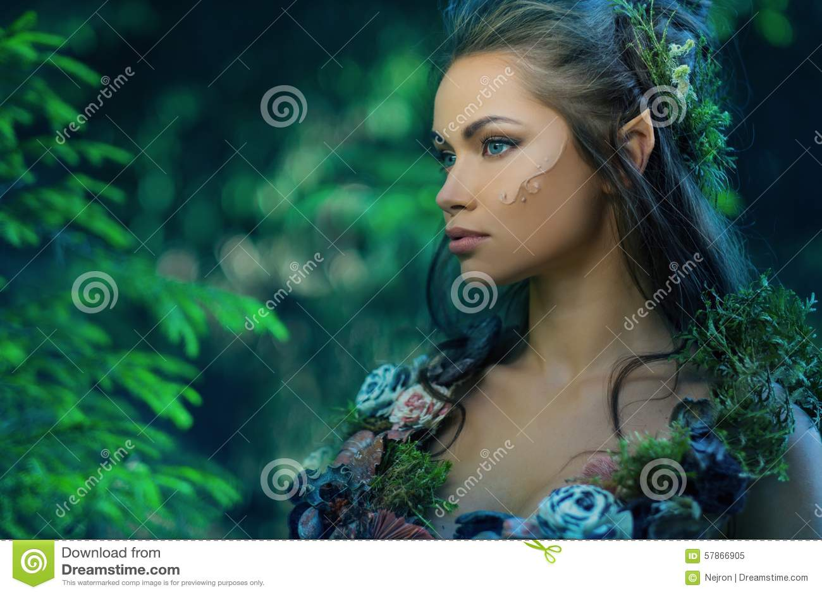 Mujer del duende en un bosque