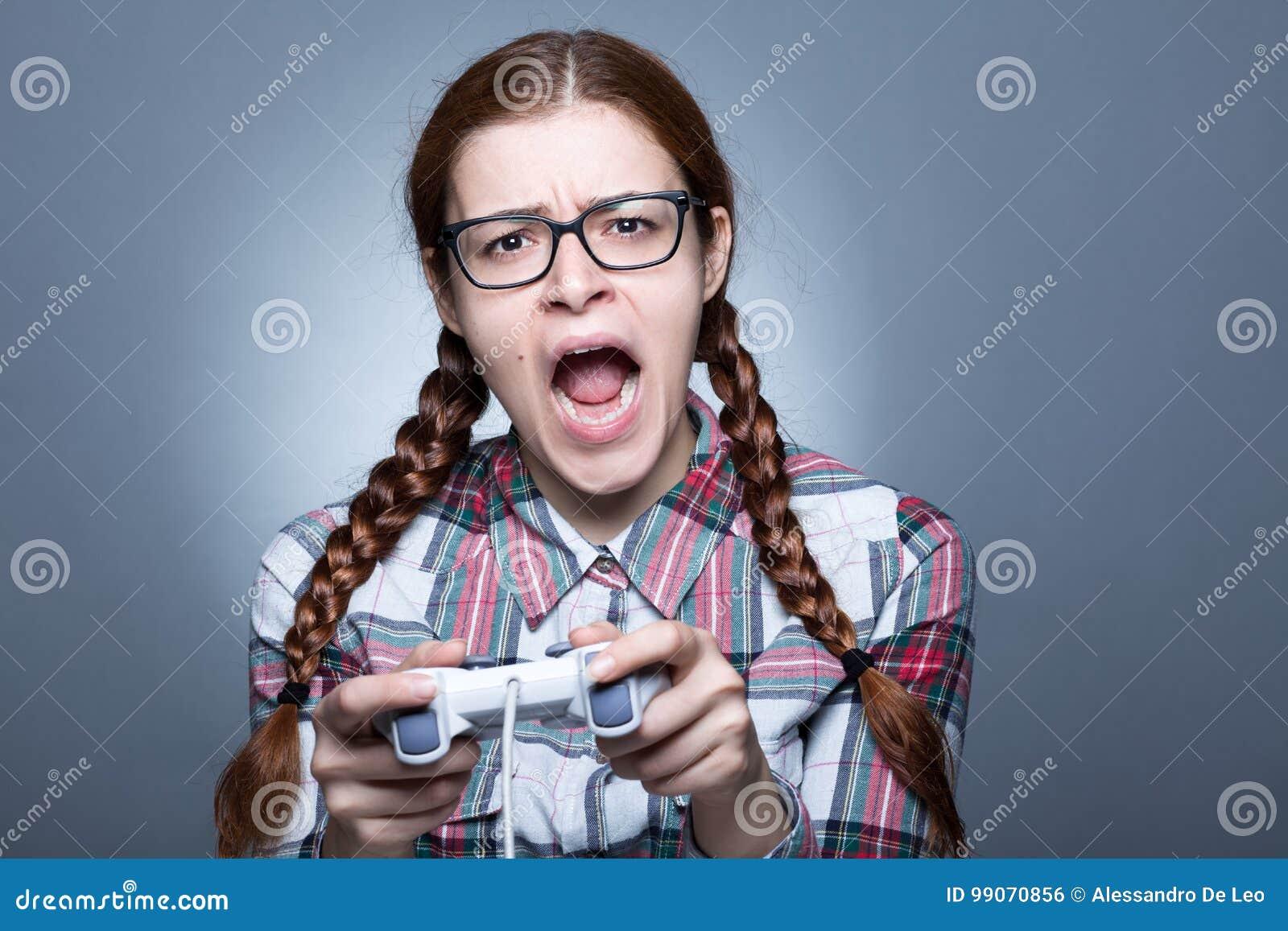Mujer del empollón con Gamepad