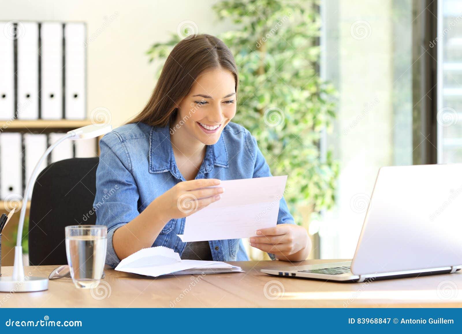 Mujer del empresario que lee una letra en la oficina
