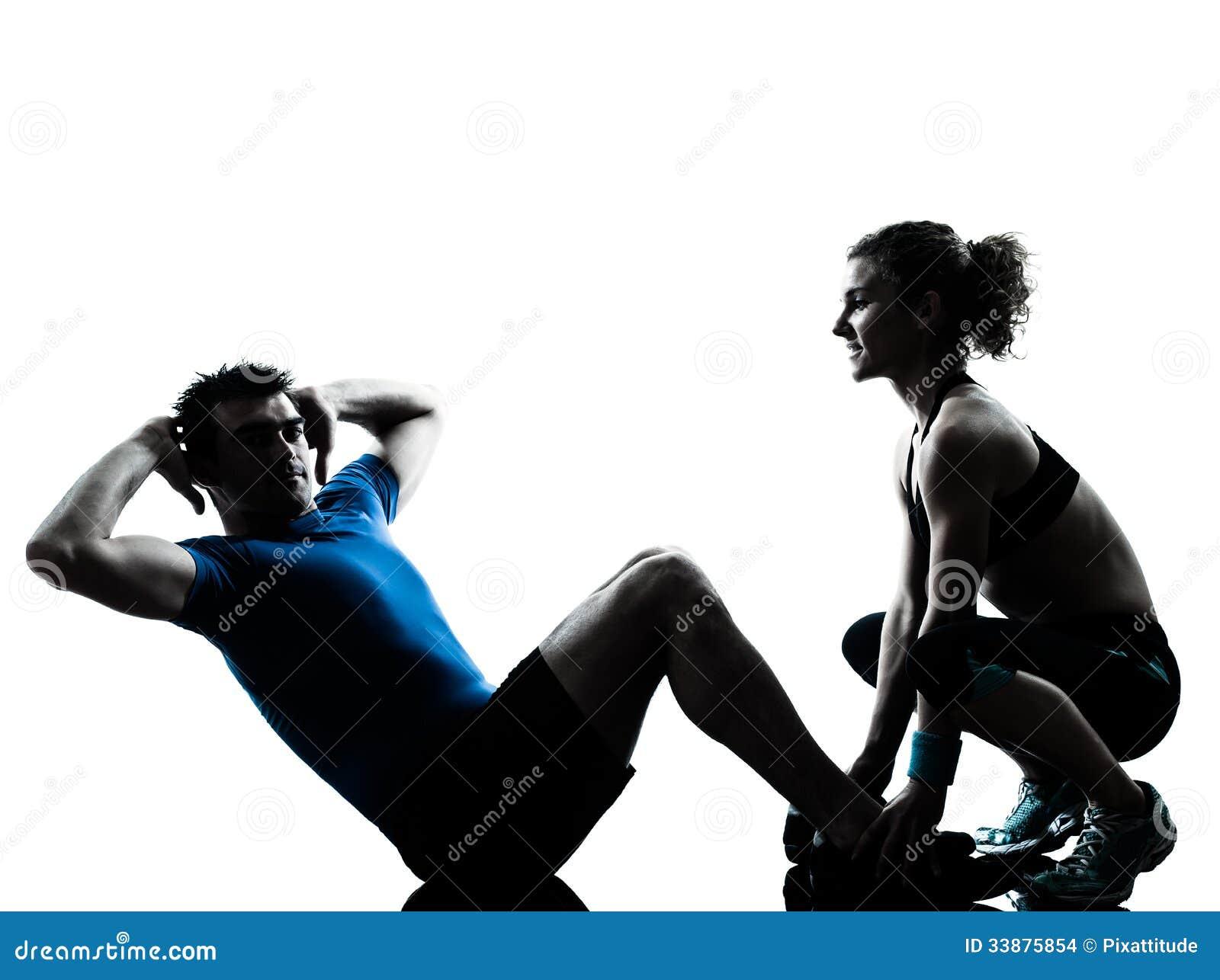 ... personal del instructor de los pares de las mujeres caucásicas de los  hombres que ejercita el estudio abdominal de la silueta aislado en el fondo  blanco e7bb8bc9c99e