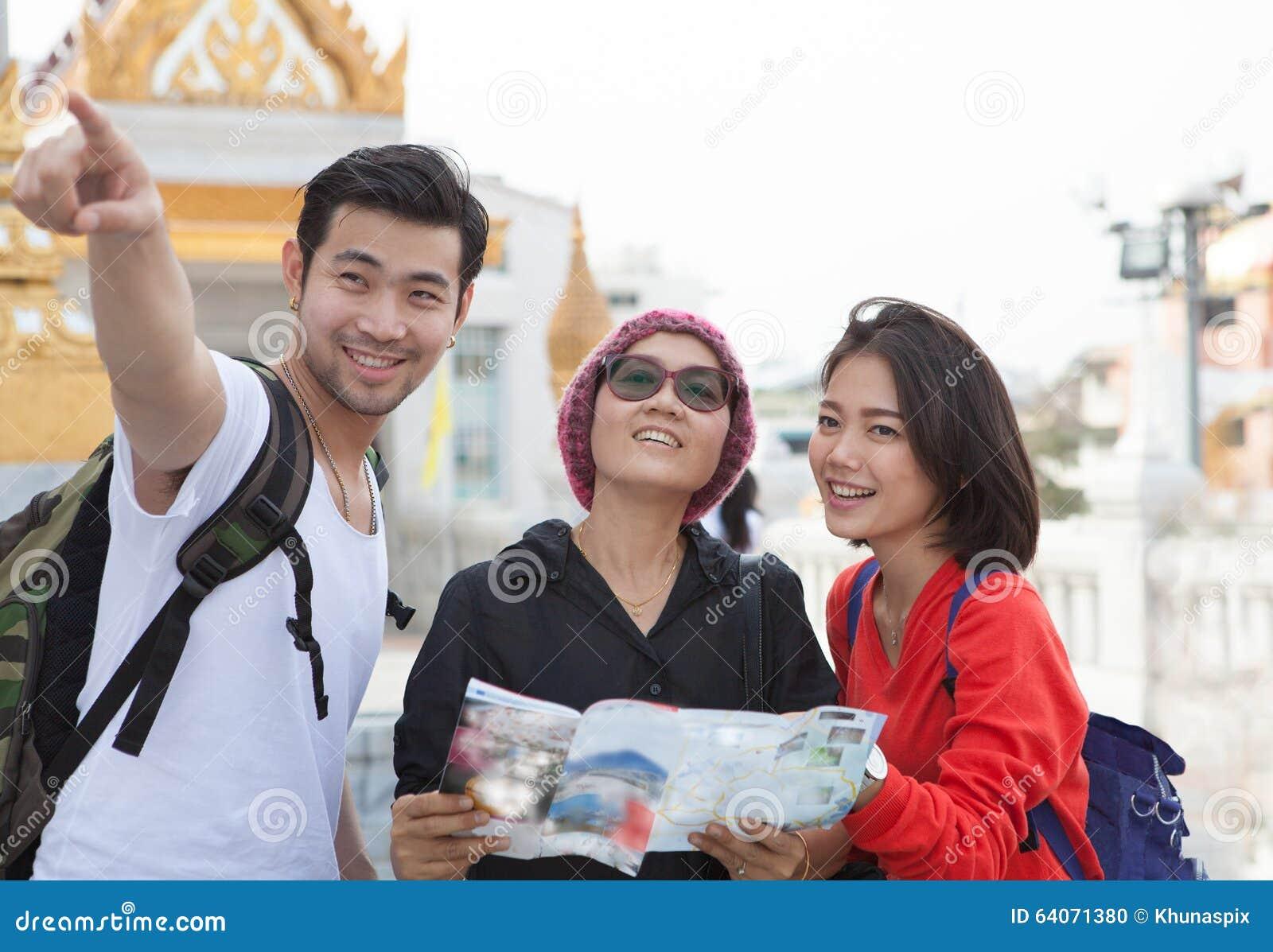 Mujer del hombre que viaja y guía turística de viaje que se sostiene turística mayor