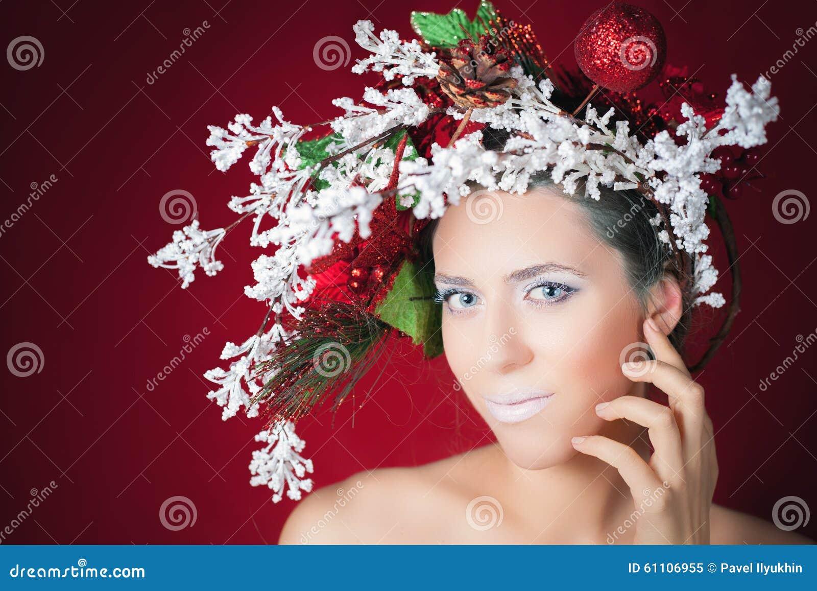 Mujer del invierno de la Navidad con el peinado y el maquillaje, modelo del árbol de moda