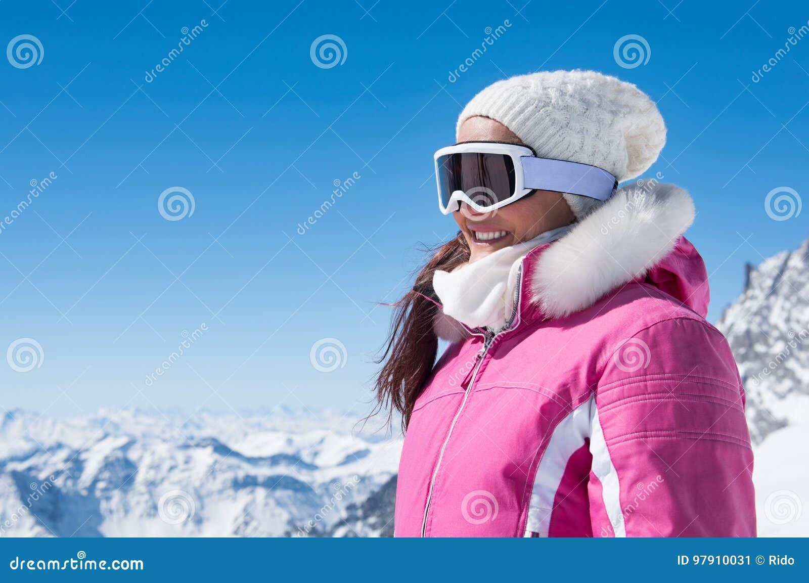 Mujer del invierno en gafas del esquí