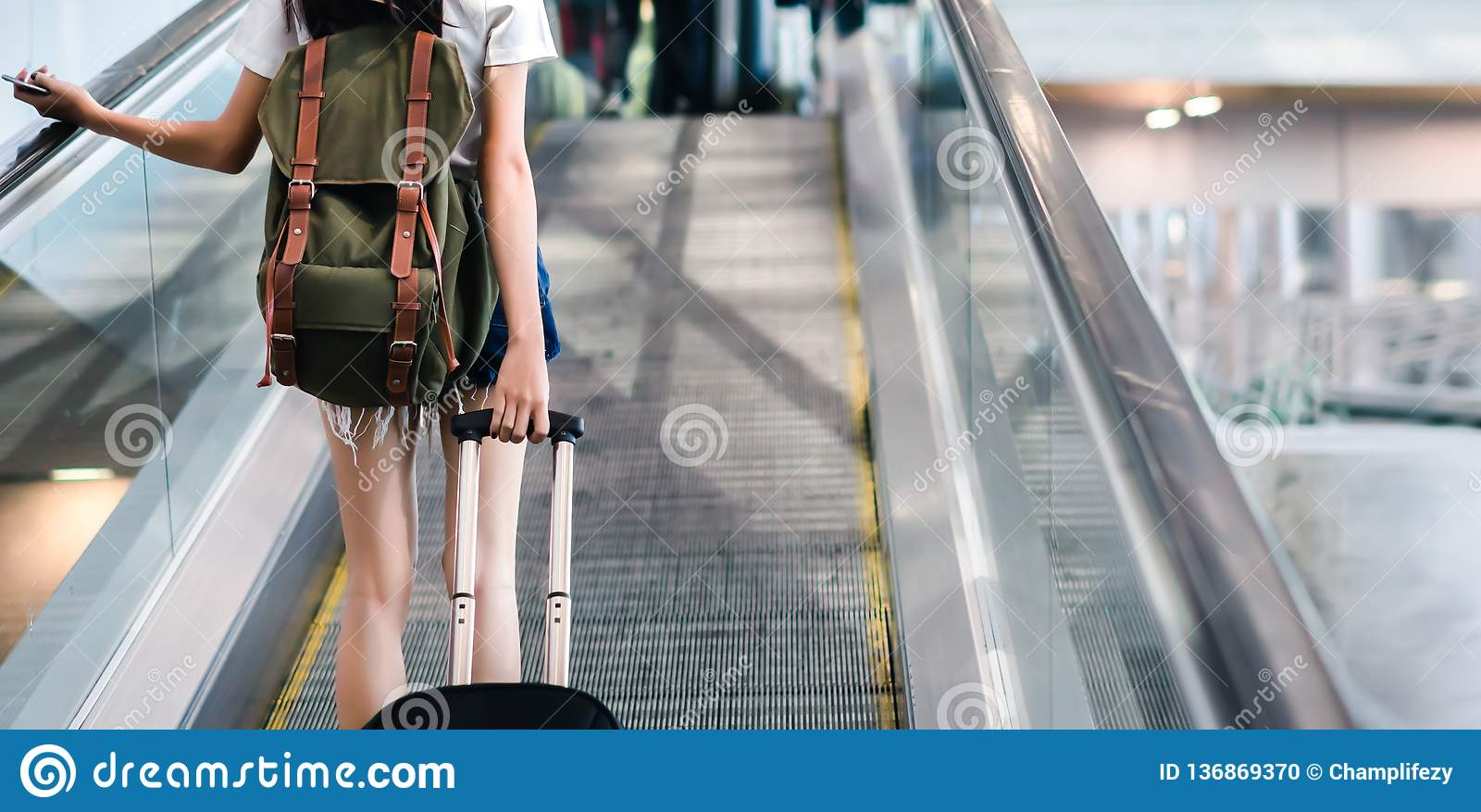 Mujer del Midsection con el equipaje que viaja en el aeropuerto