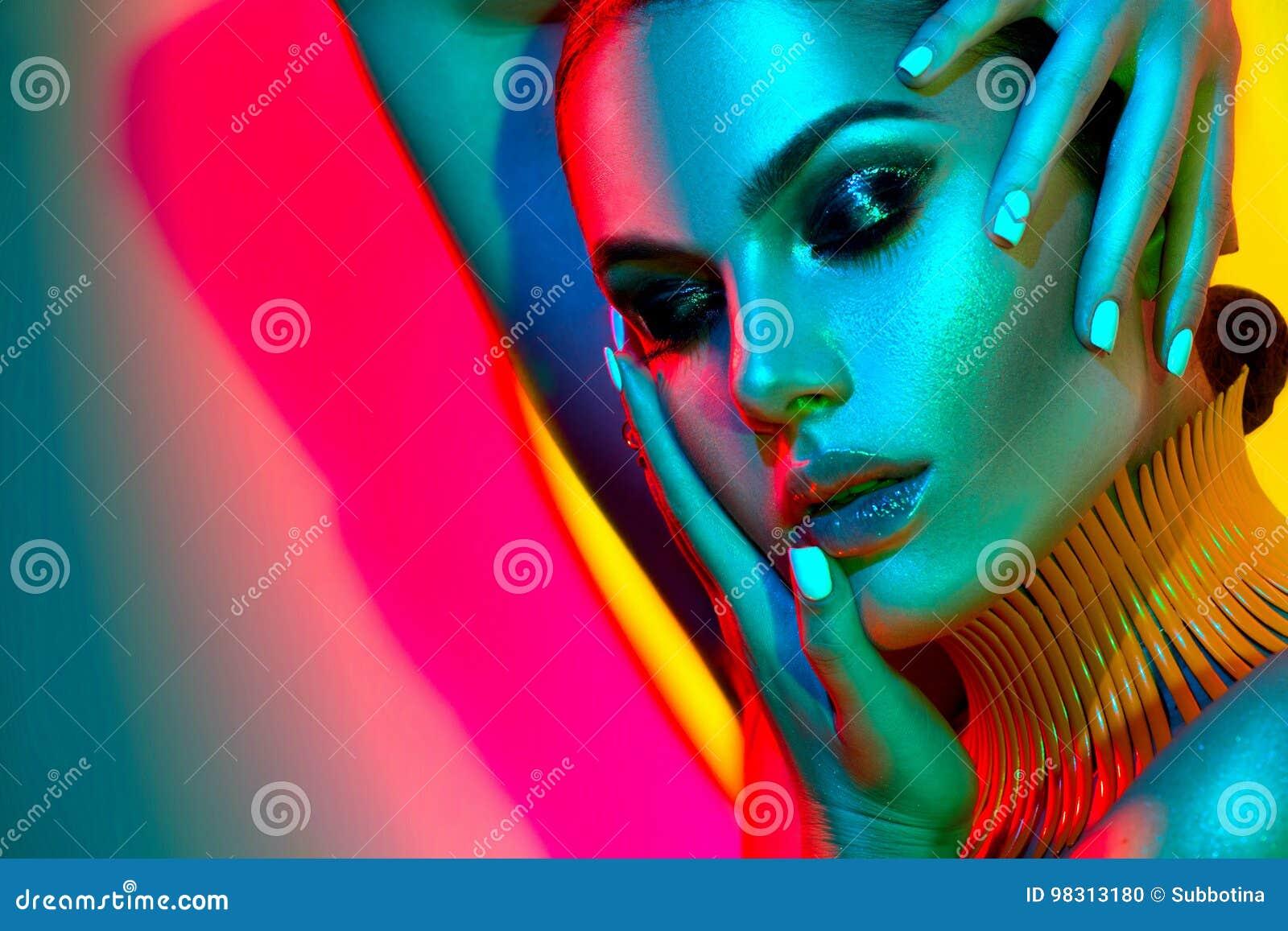Mujer del modelo de moda con maquillaje y la manicura de moda