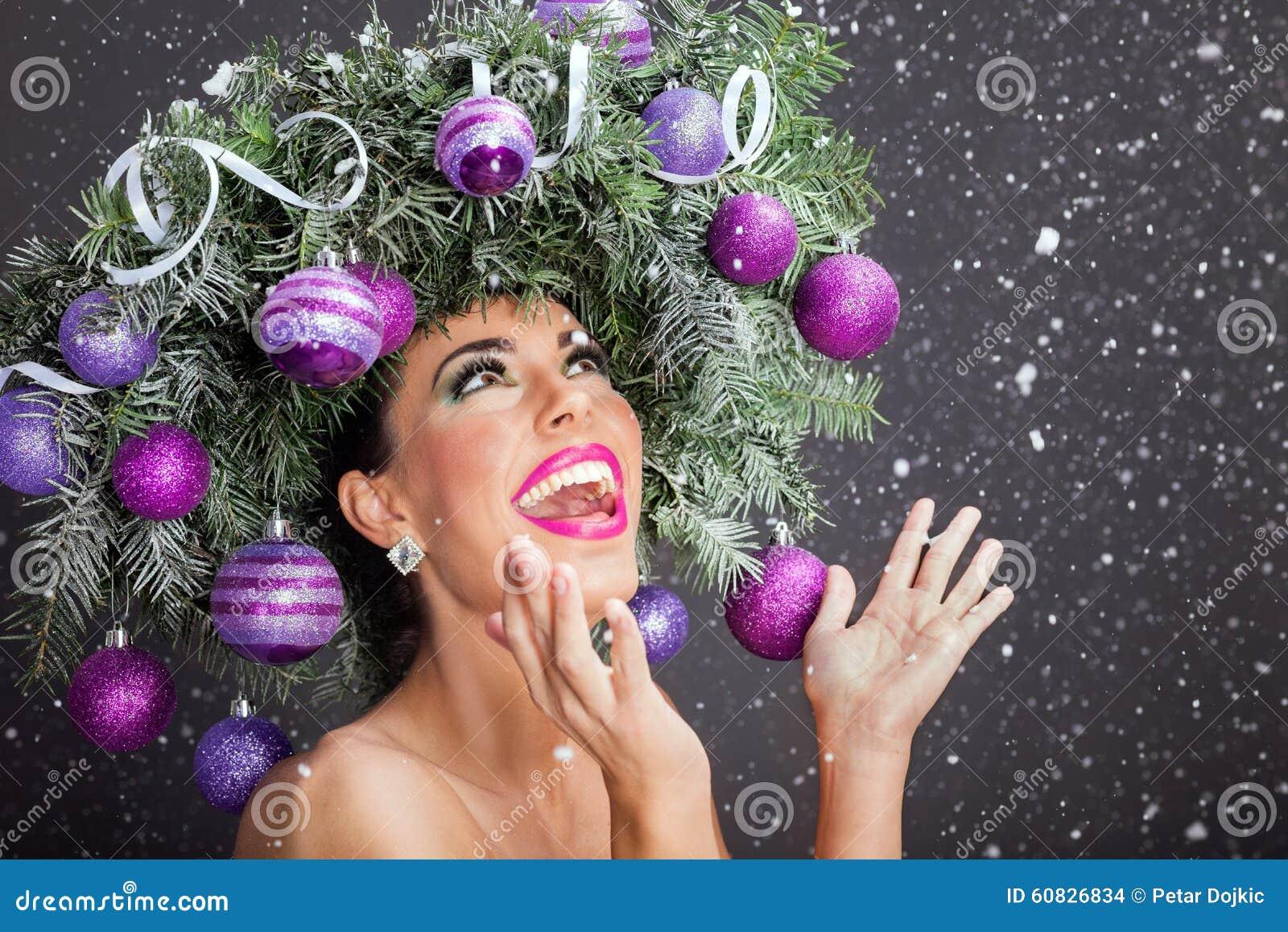 Mujer del modelo de moda de la Navidad El peinado del Año Nuevo de Navidad y hace