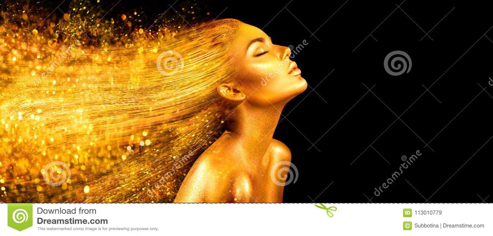 Mujer del modelo de moda en chispas brillantes de oro Muchacha con el primer de oro del retrato de la piel y del pelo