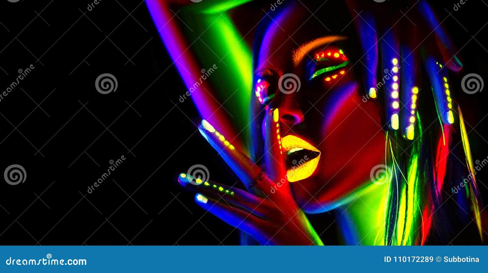 Mujer del modelo de moda en la luz de neón Muchacha modelo hermosa con maquillaje fluorescente colorido
