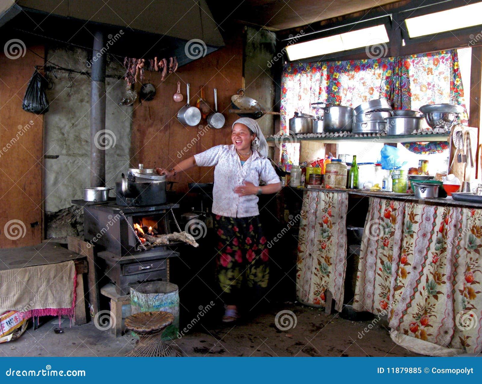 Mujer del nepali que cocina en su casa de campo himalayan - Cocinas de casas de campo ...