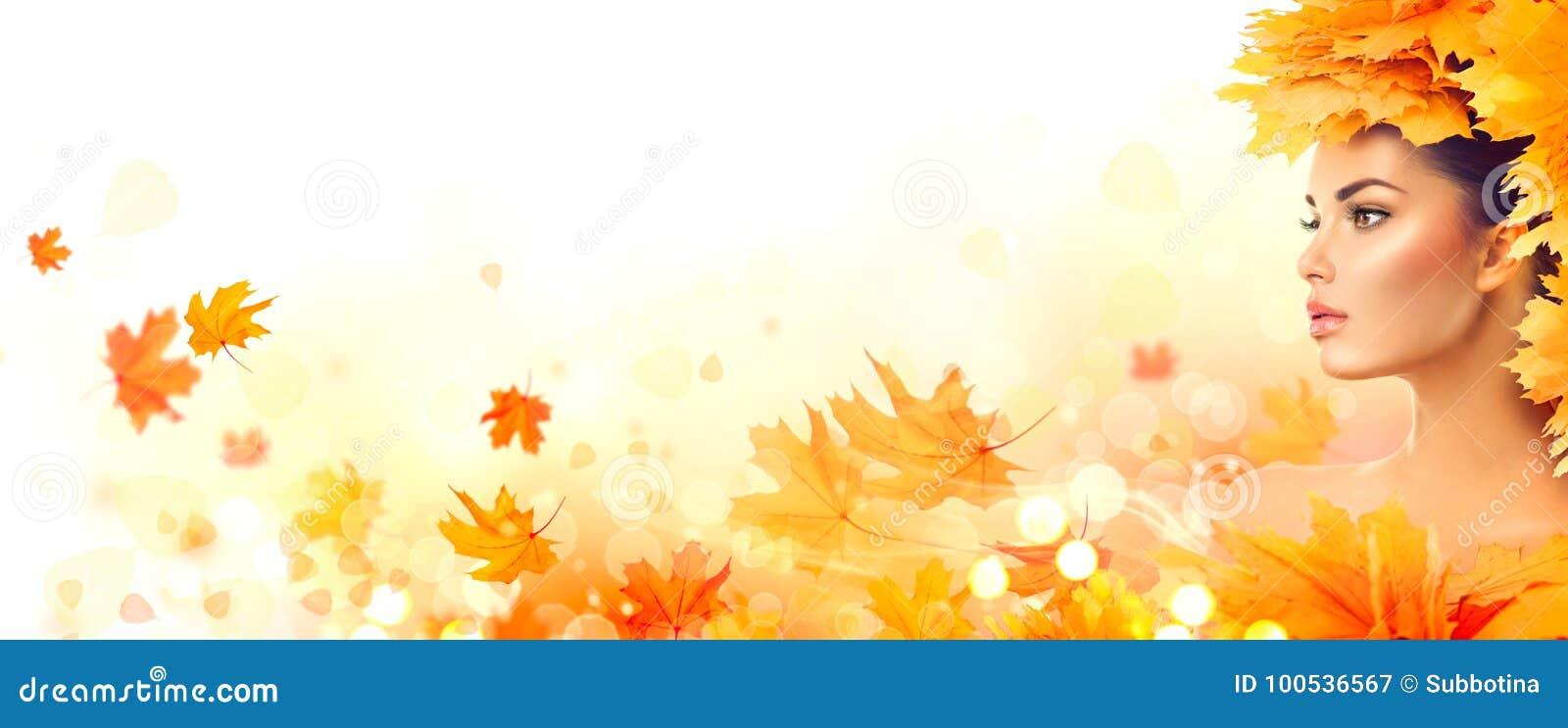Mujer del otoño Caída Muchacha modelo de la belleza con las hojas brillantes del otoño