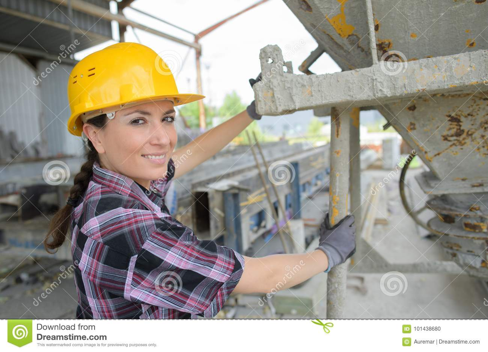 Mujer del retrato por la tolva del cemento