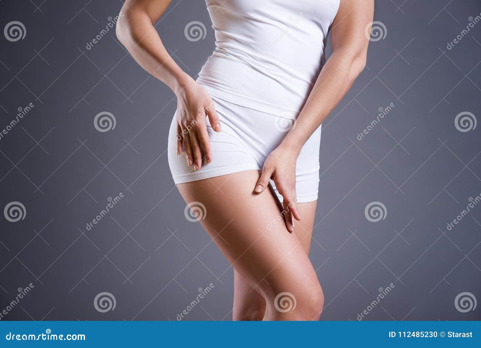Mujer Delgada En La Ropa Interior Blanca En Fondo Gris Del Estudio ...