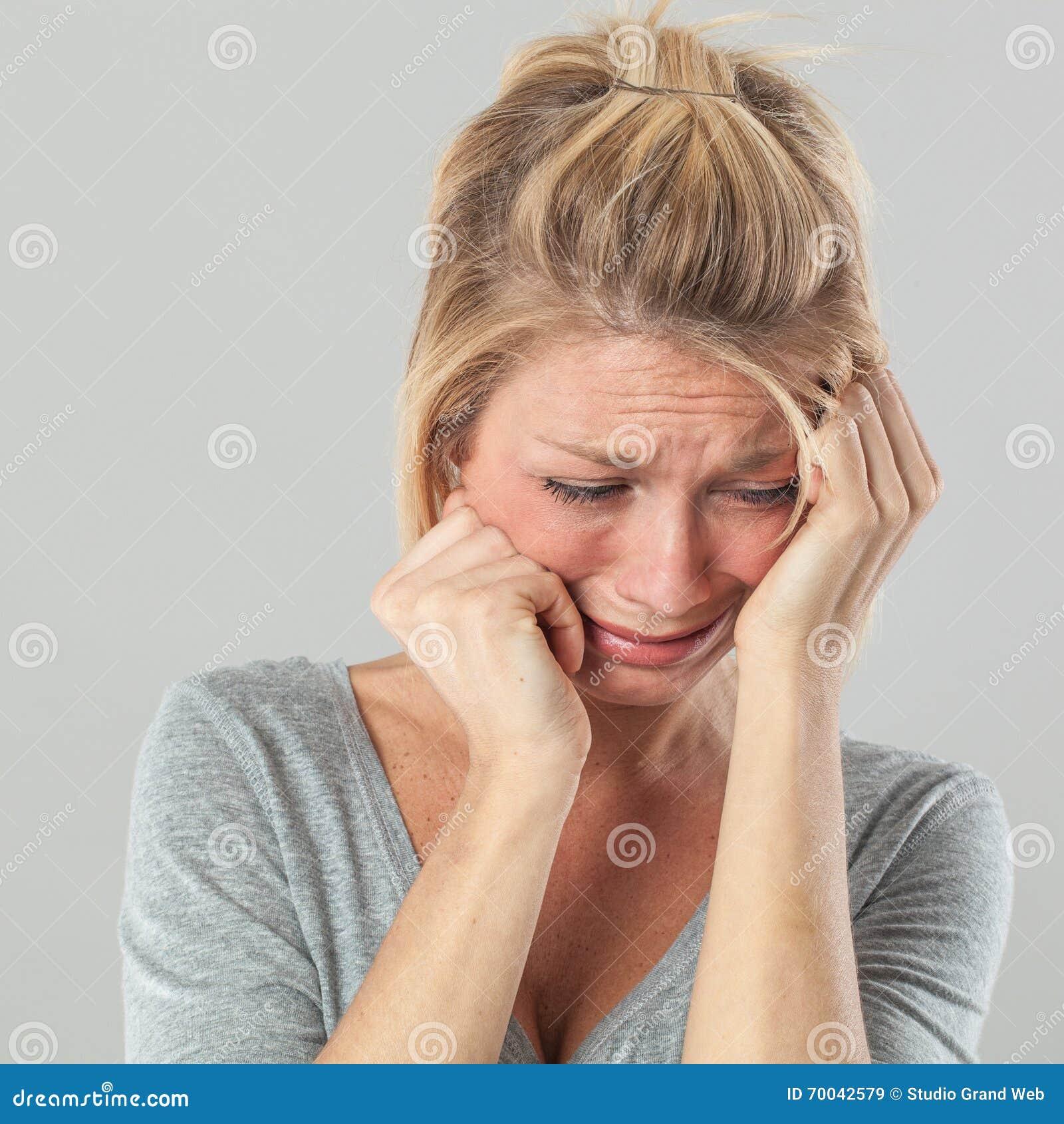 Mujer deprimida en el dolor que expresa pesar y tristeza