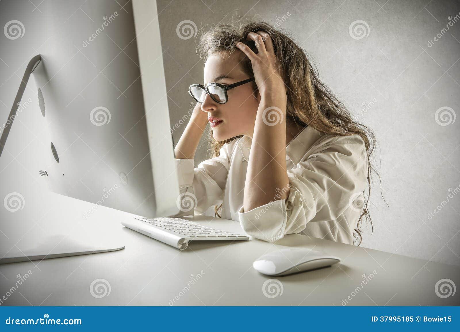 Mujer desesperada que mira su ordenador