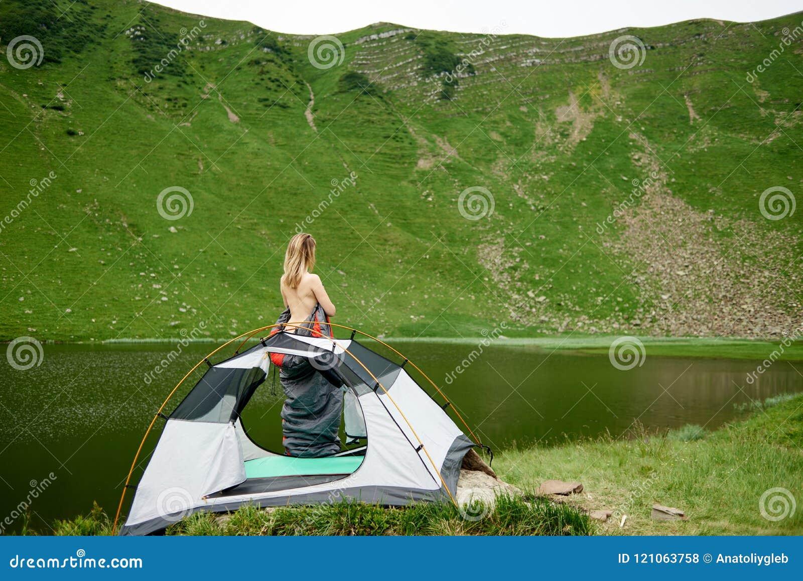 Las muchachas adolescentes acampan desnudas
