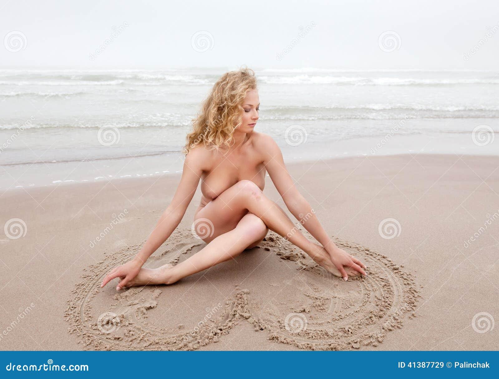 Mujer Desnuda En La Playa Del Mar En Día De Niebla Imagen De Archivo