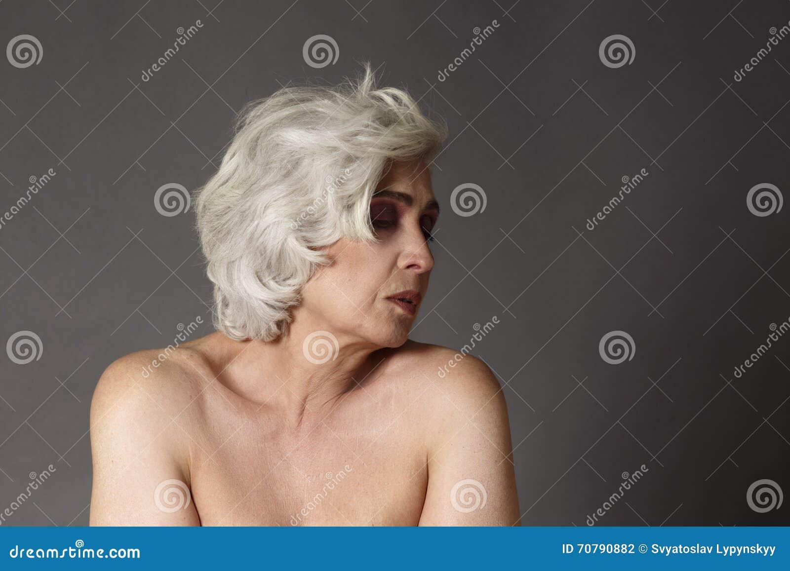 Mujer Desnuda Madura Foto De Archivo Imagen De Maquillaje 70790882