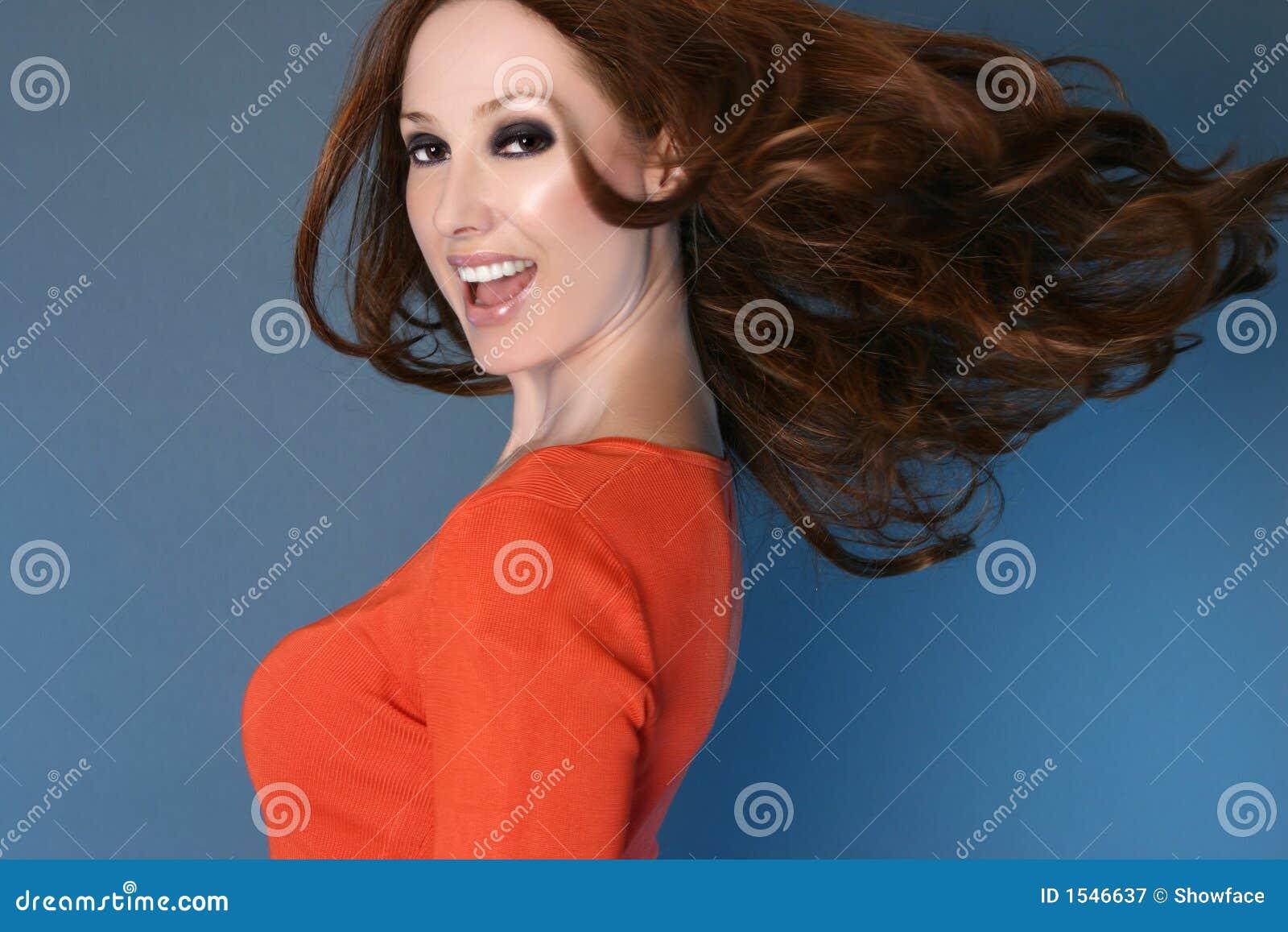Mujer despreocupada con el pelo largo en el movimiento