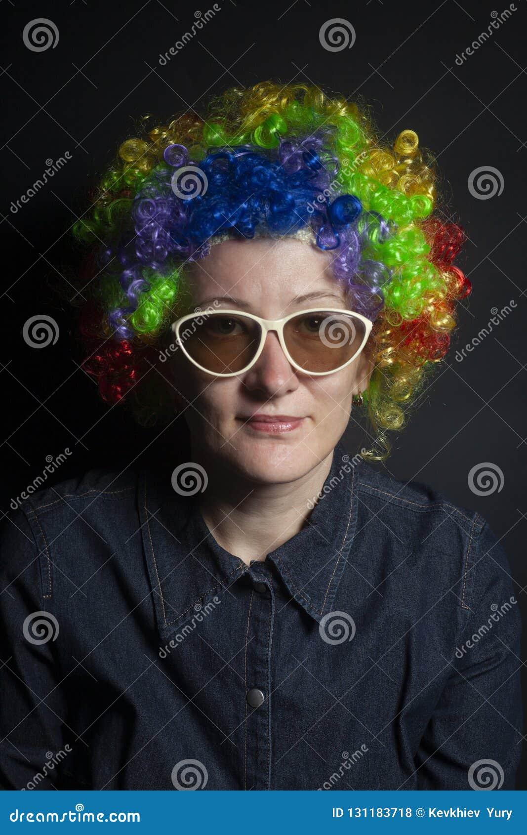 Mujer divertida del payaso, femenina con las gafas de sol