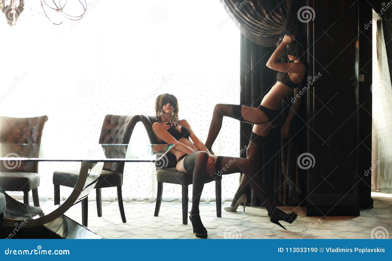 Mujer dos en máscaras y underwea negro