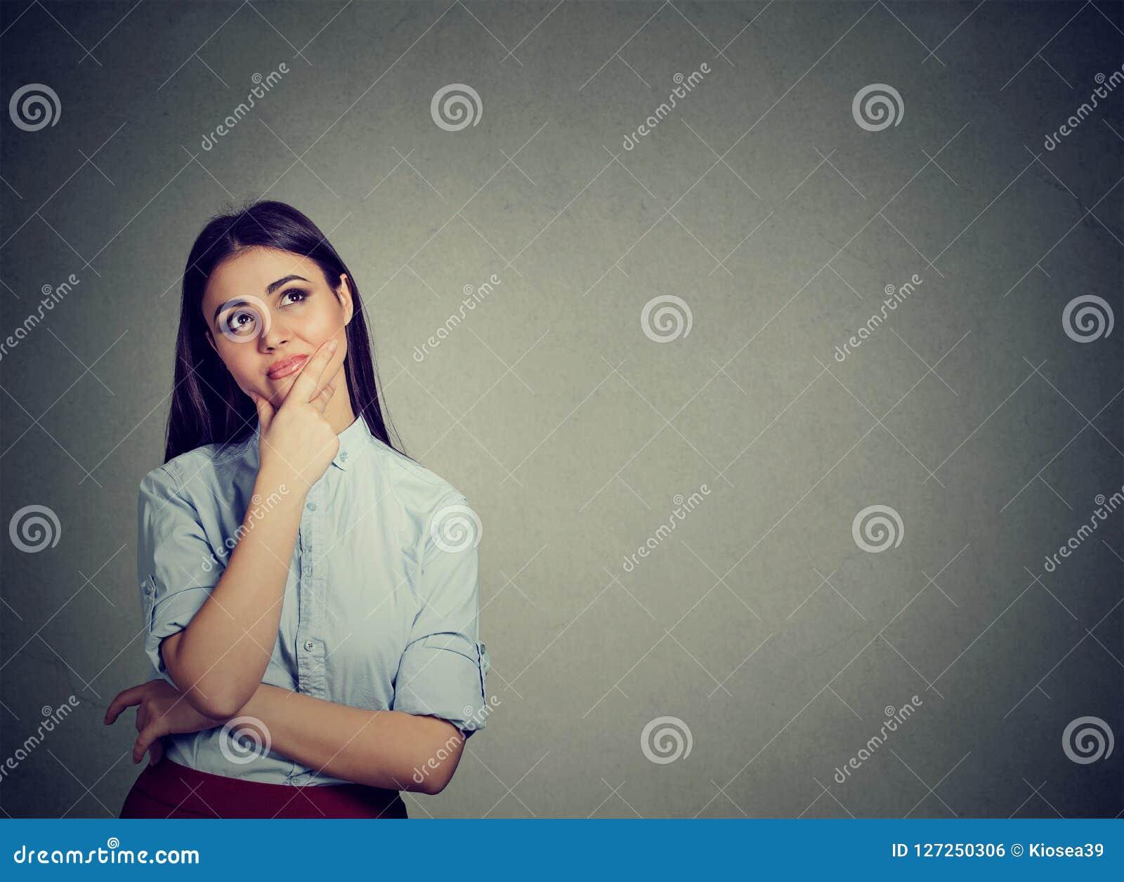 Mujer dudosa que mira para arriba en maravillas