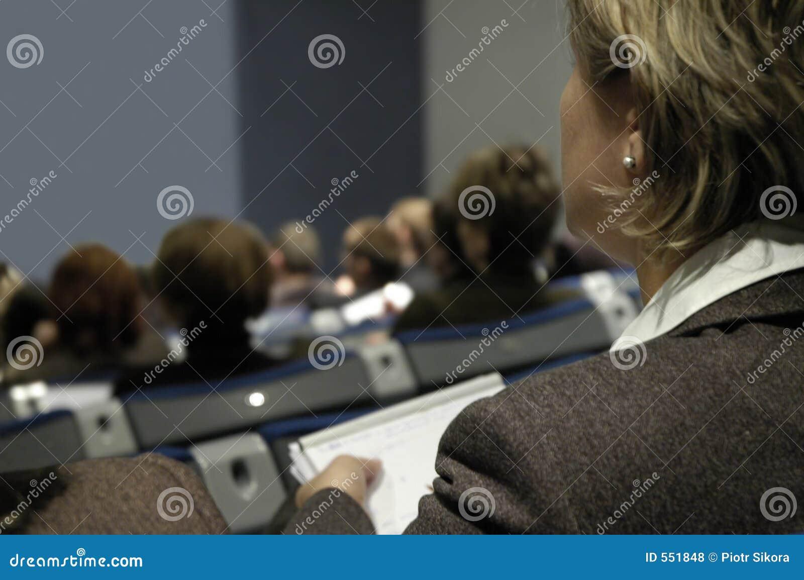 Mujer durante conferencia