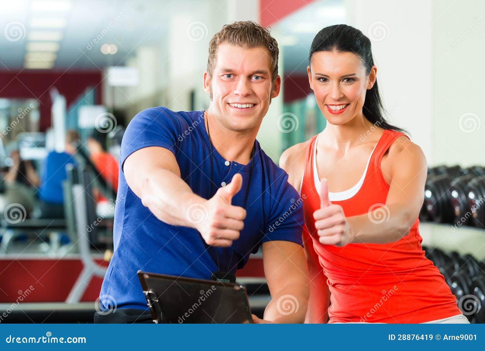 Mujer e instructor personal en gimnasio con pesas de - Imagenes de gimnasio ...
