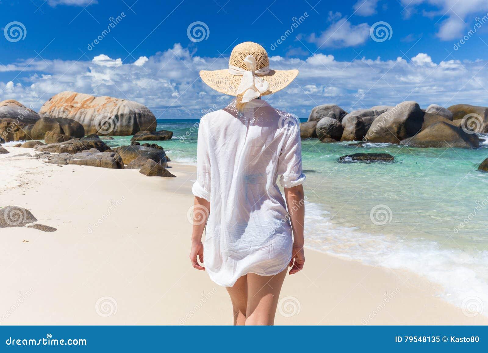 Mujer el vacaciones de verano en la playa tropical de Mahe Island, Seychelles