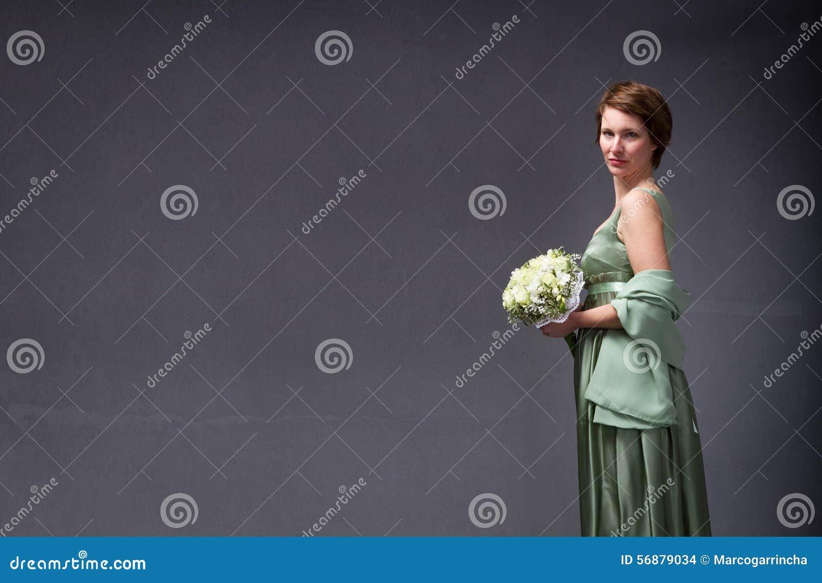 Mujer elegante con el ramo a mano