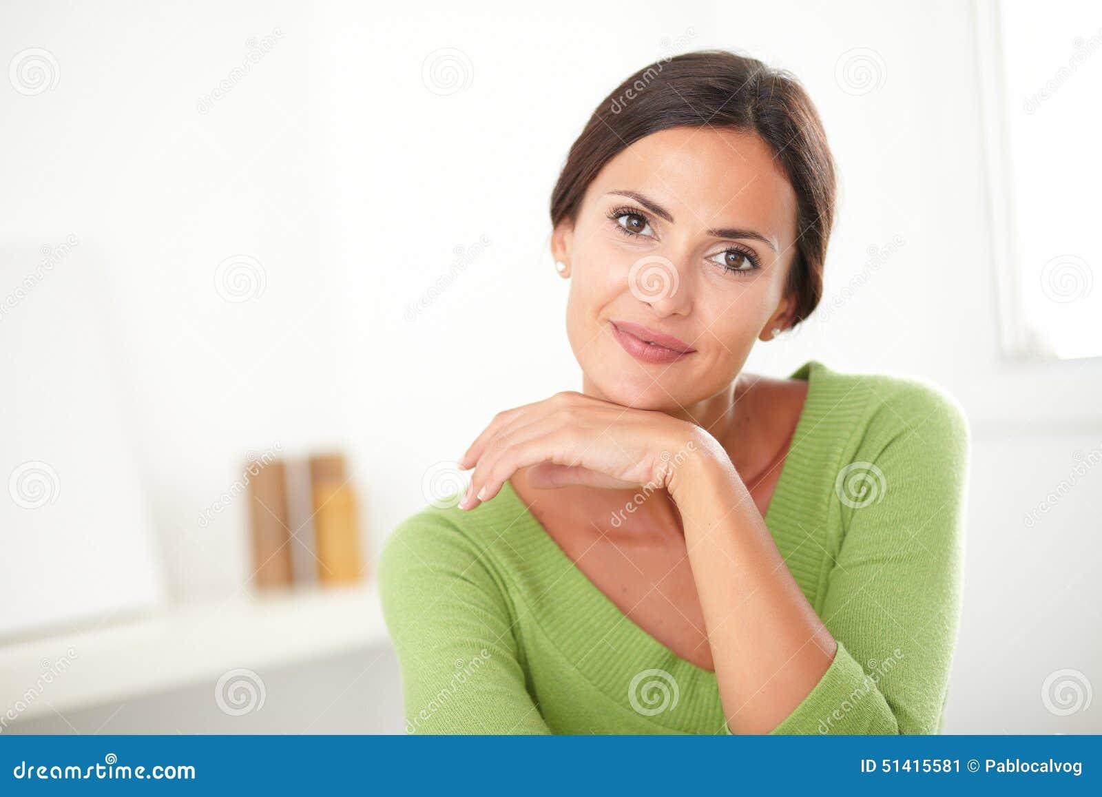 Mujer elegante con la sonrisa natural de la belleza