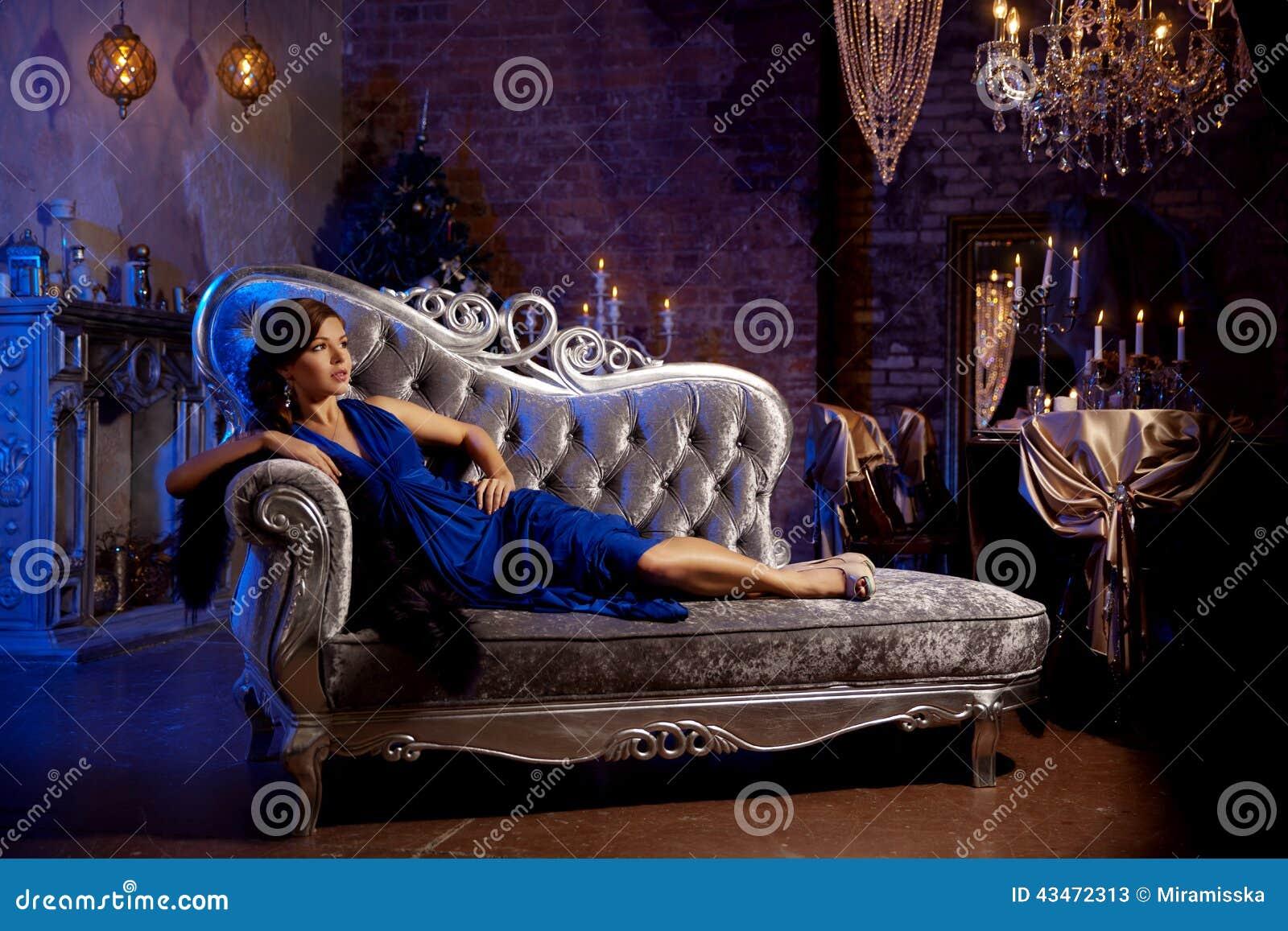 Mujer elegante de la moda de lujo en el interior rico Gir hermoso