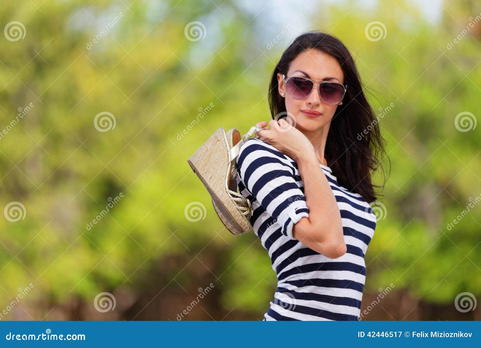 Mujer elegante en naturaleza