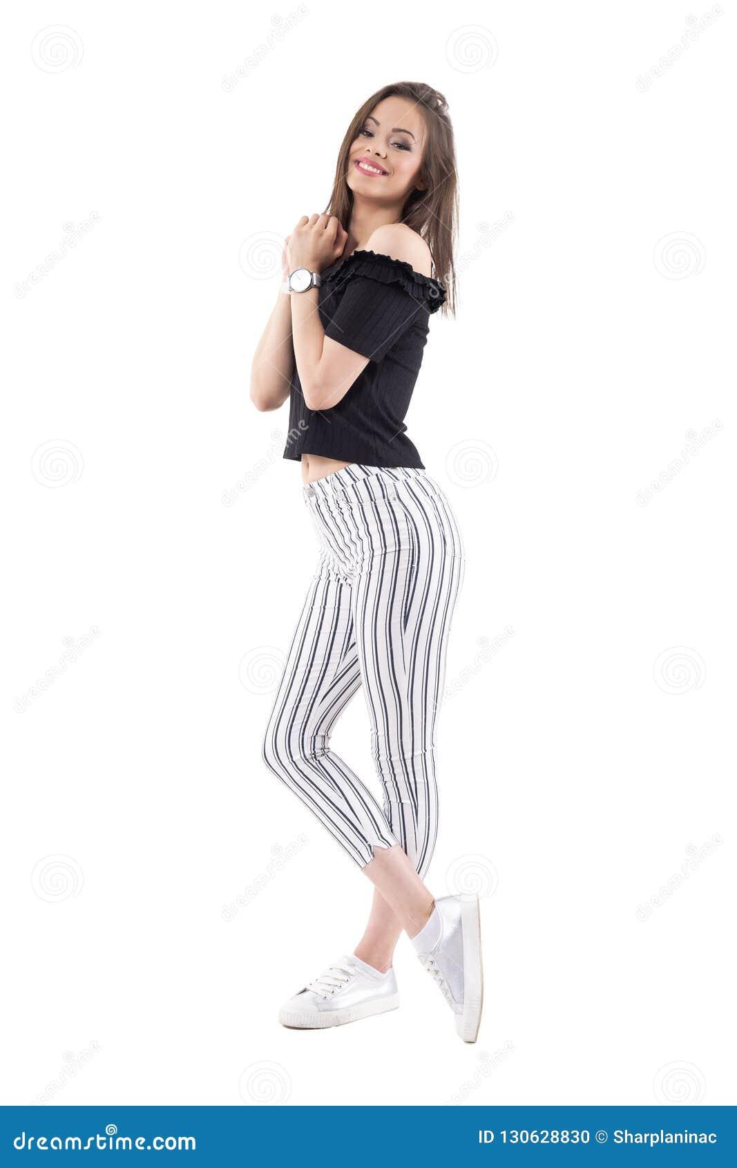 gran descuento ee7a0 f6201 Mujer Elegante Femenina Cariñosa En Pantalones Rayados Y El ...