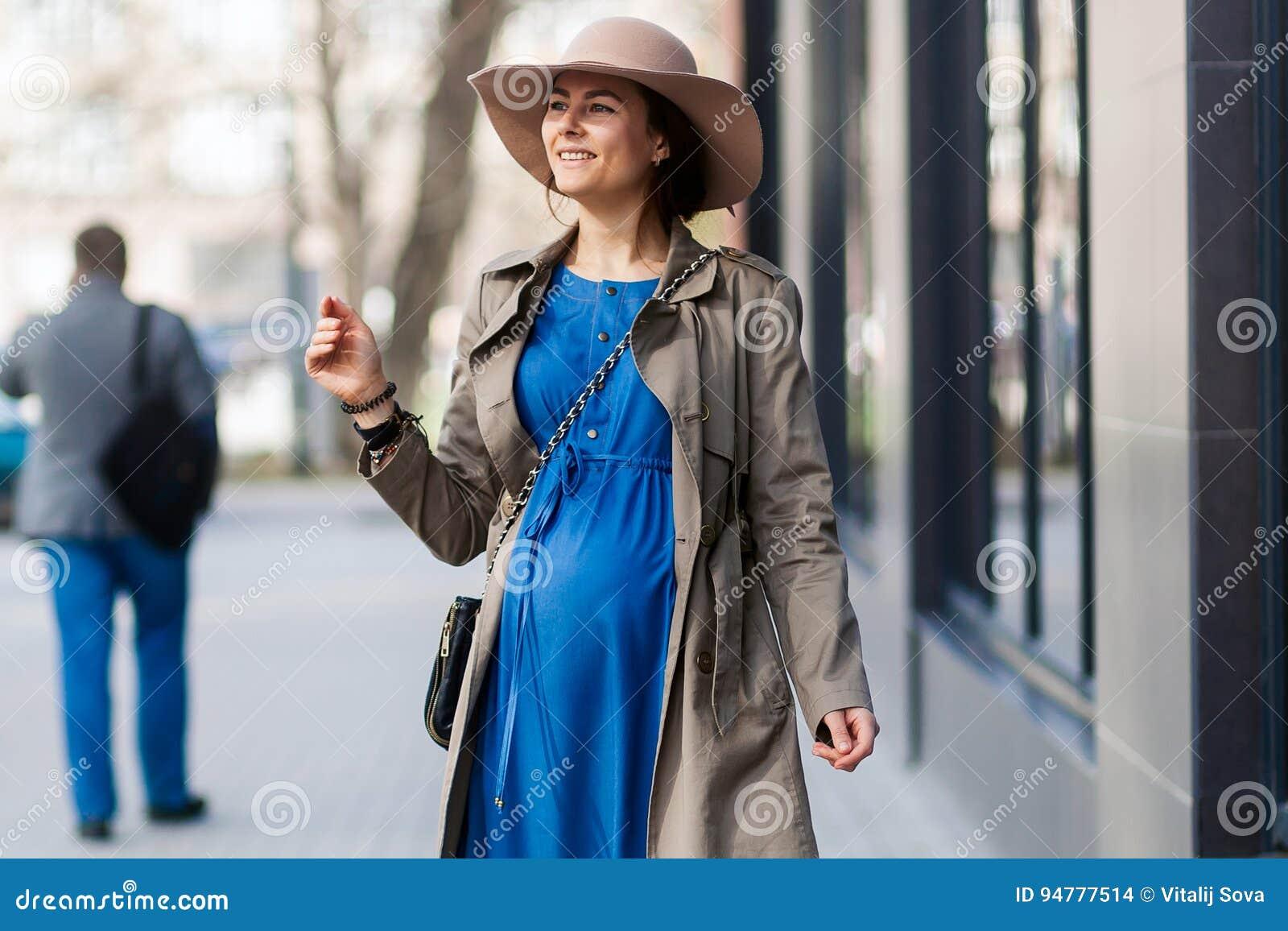 470512206e3 Estilo elegante de una mujer embarazada en una ciudad moderna La moda  tiende para las mujeres embarazadas