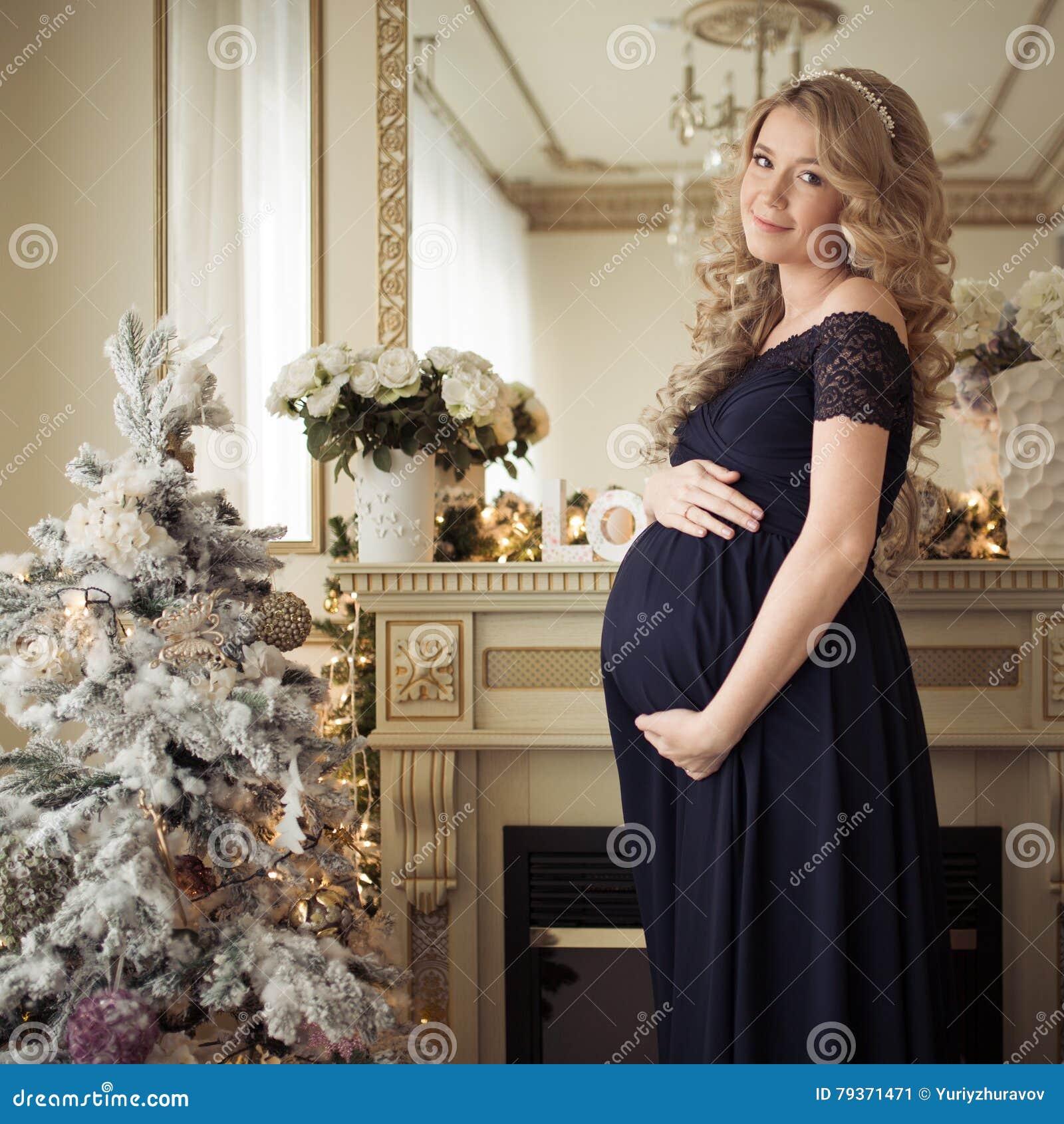 e5d09b4b6 Mujer Embarazada Hermosa En Un Vestido Del Día De Fiesta Imagen de ...