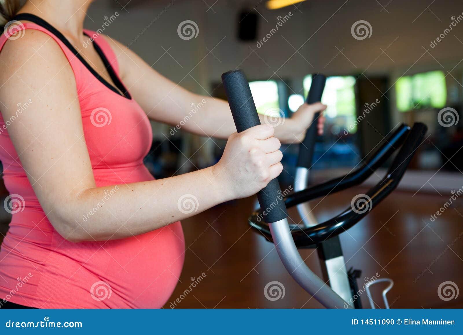 Mujer embarazada que hace ejercicio cardiovascular