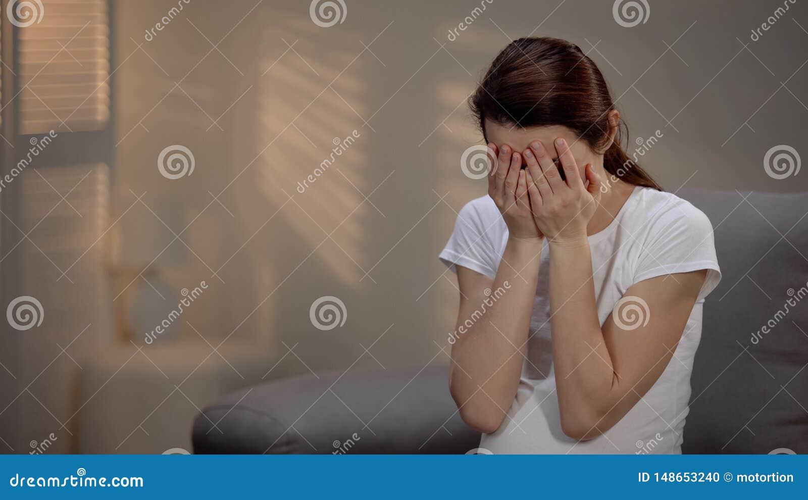 Mujer embarazada triste que llora, depresión prenatal sufridora, sola maternidad
