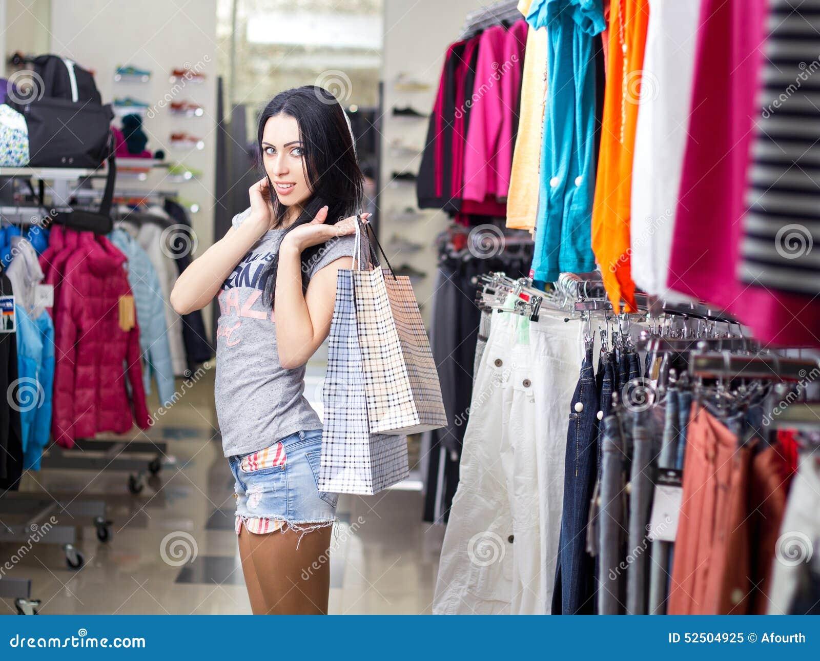 6c0a8e8bb19 Mujer en almacén de ropa imagen de archivo. Imagen de ropa - 52504925